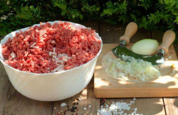 Змішати м'ясний фарш з подрібненою цибулею