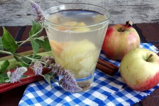 Яблучний компот з м'ятою
