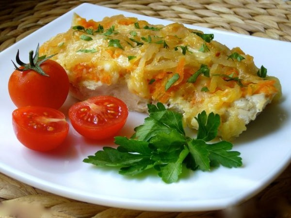 Запечена риба з сиром і овочами