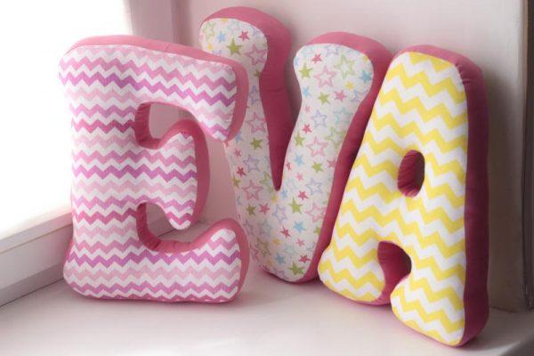 Декоративні подушки у вигляді літер
