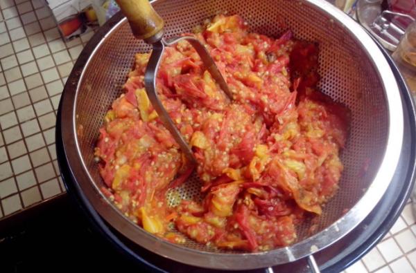 як закрити помідори у власному соку
