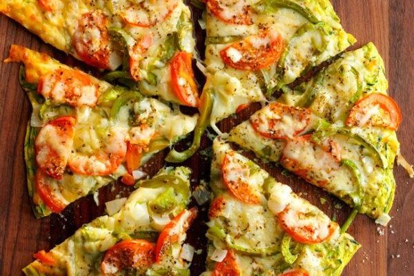 Піца з кабачків з ковбасою і помідорами