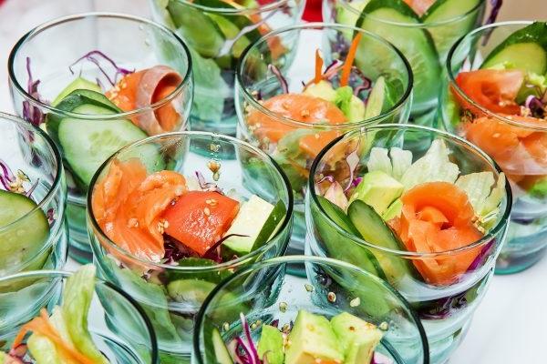Салат з авокадо і консервованим тунцем