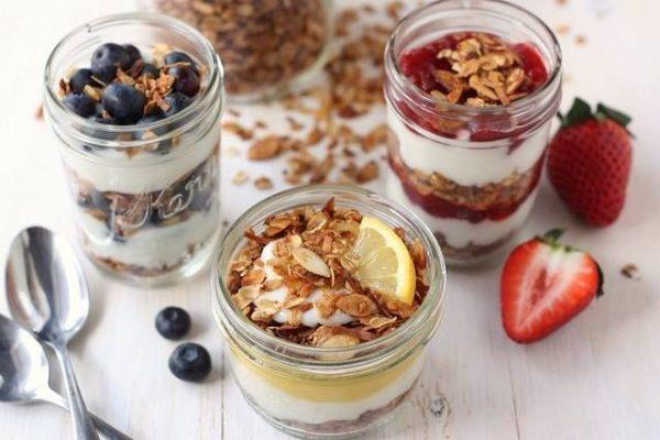 гранола з йогуртом