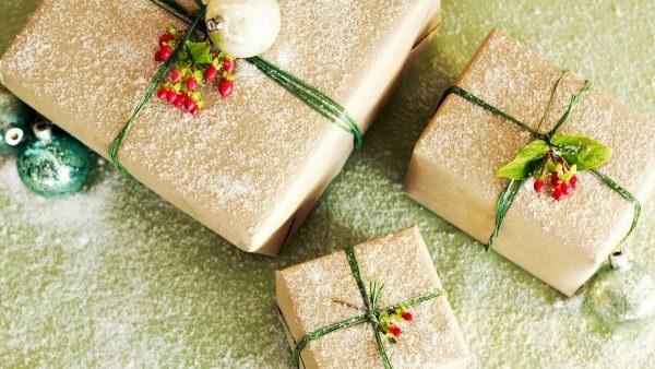 як упакувати новорічний подарунок в подарунковий папір