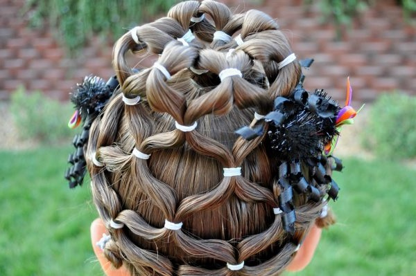 дитячі зачіски на довге волосся на випускний