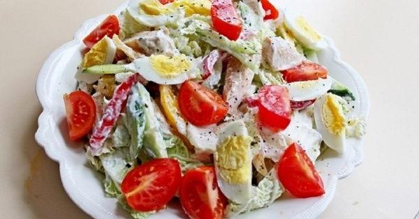 Салат з помідорами заправлений йогуртом