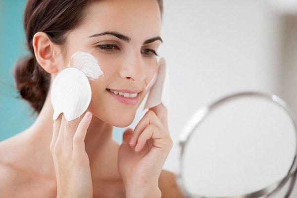 причини лущення шкіри на обличчі