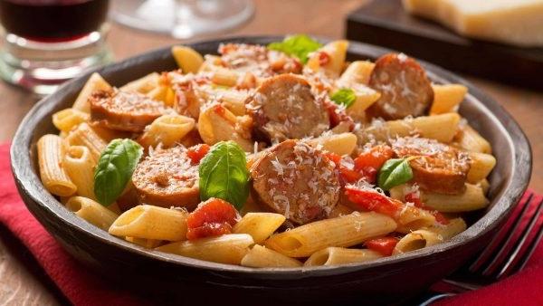 Макарони з овочами і салямі