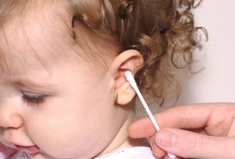 Як почистити вушка дитині?