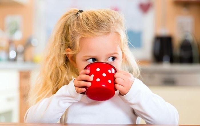 Як навчити дитину пити з чашки