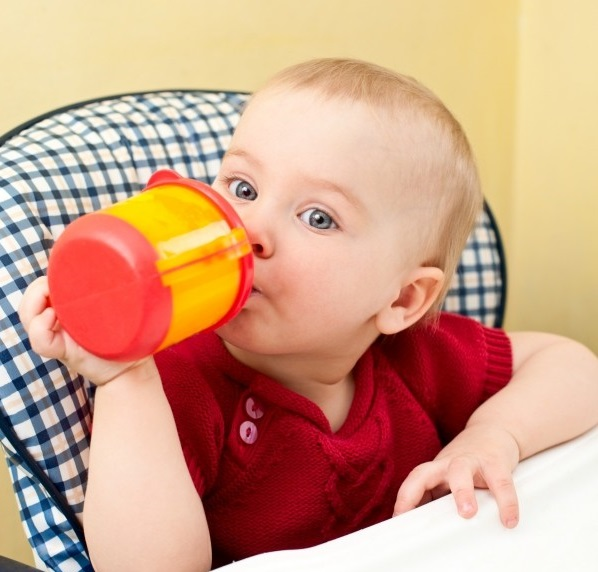 Як навчити дитину пити з кружки
