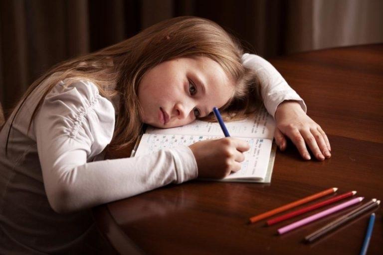 Дівчинка робить уроки самостійно фото