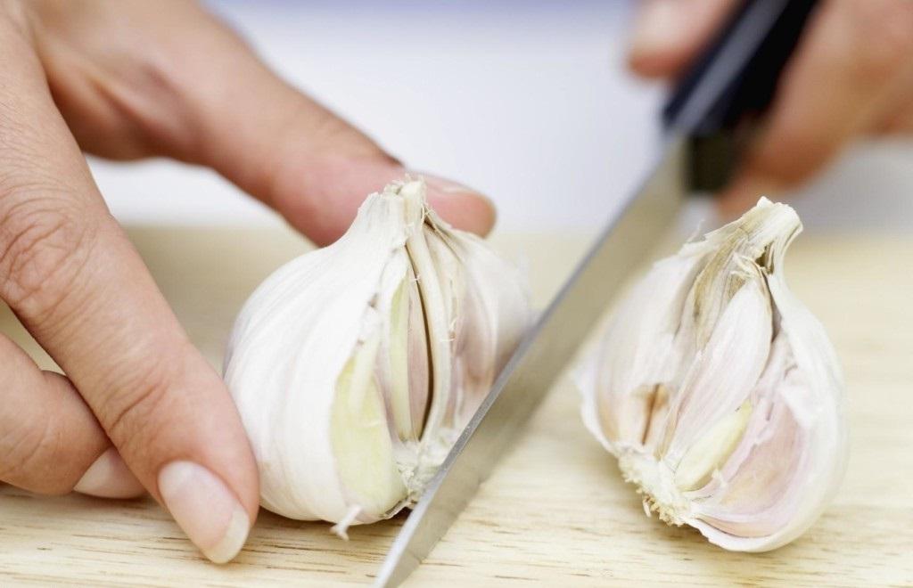 Як позбутися від запаху часнику на руках