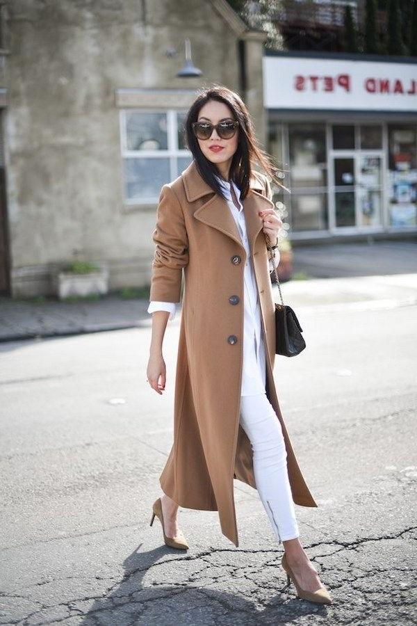 жіноче пальто з білими брюками