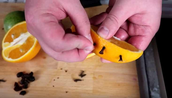 встромляємо гвоздику в апельсин