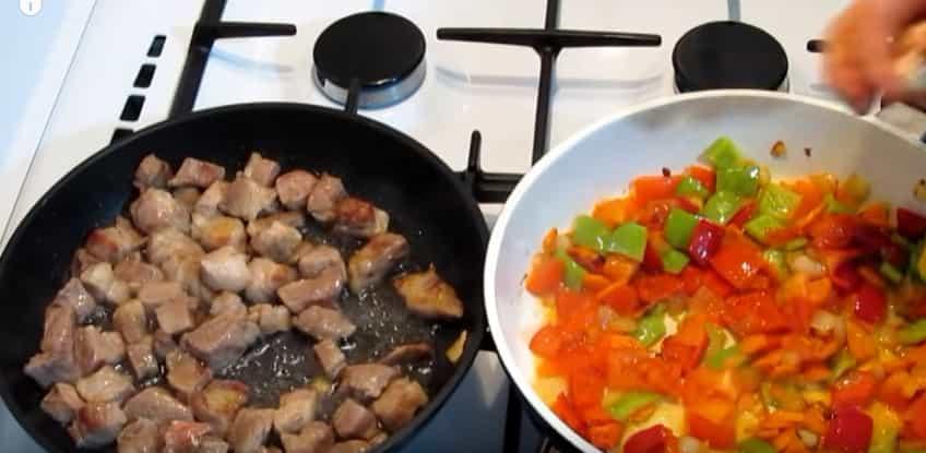 обсмажуємо мясо і овочі