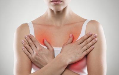 перед місячними болить одна грудь