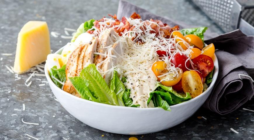 рецепт салату цезар з куркою і помідорами