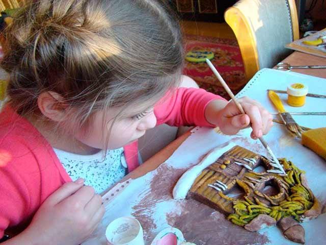 дитина робить саморобку з солоного тіста