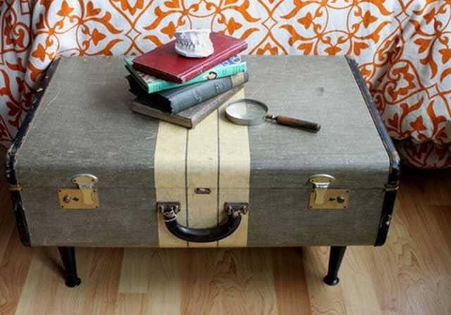 столик зі старої валізи