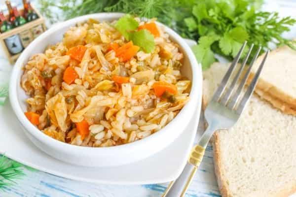 Тушкована капуста з рисом