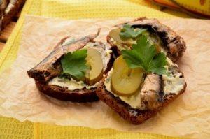 Бутерброди зі шпротами і солоним огірком