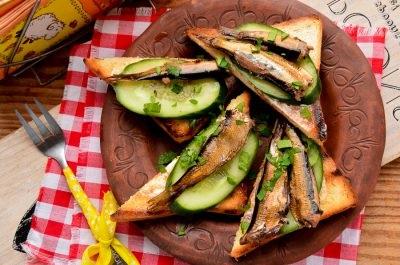 Бутерброди зі шпротами і свіжим огірком
