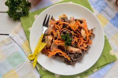 Гречана локшина з куркою і овочами