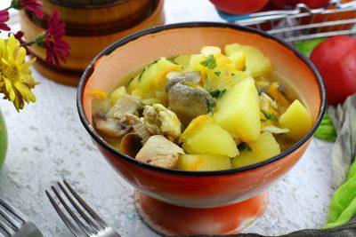 Тушкована картопля з грибами і куркою