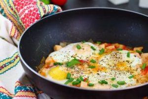 Яєчня з помідорами і ковбасою