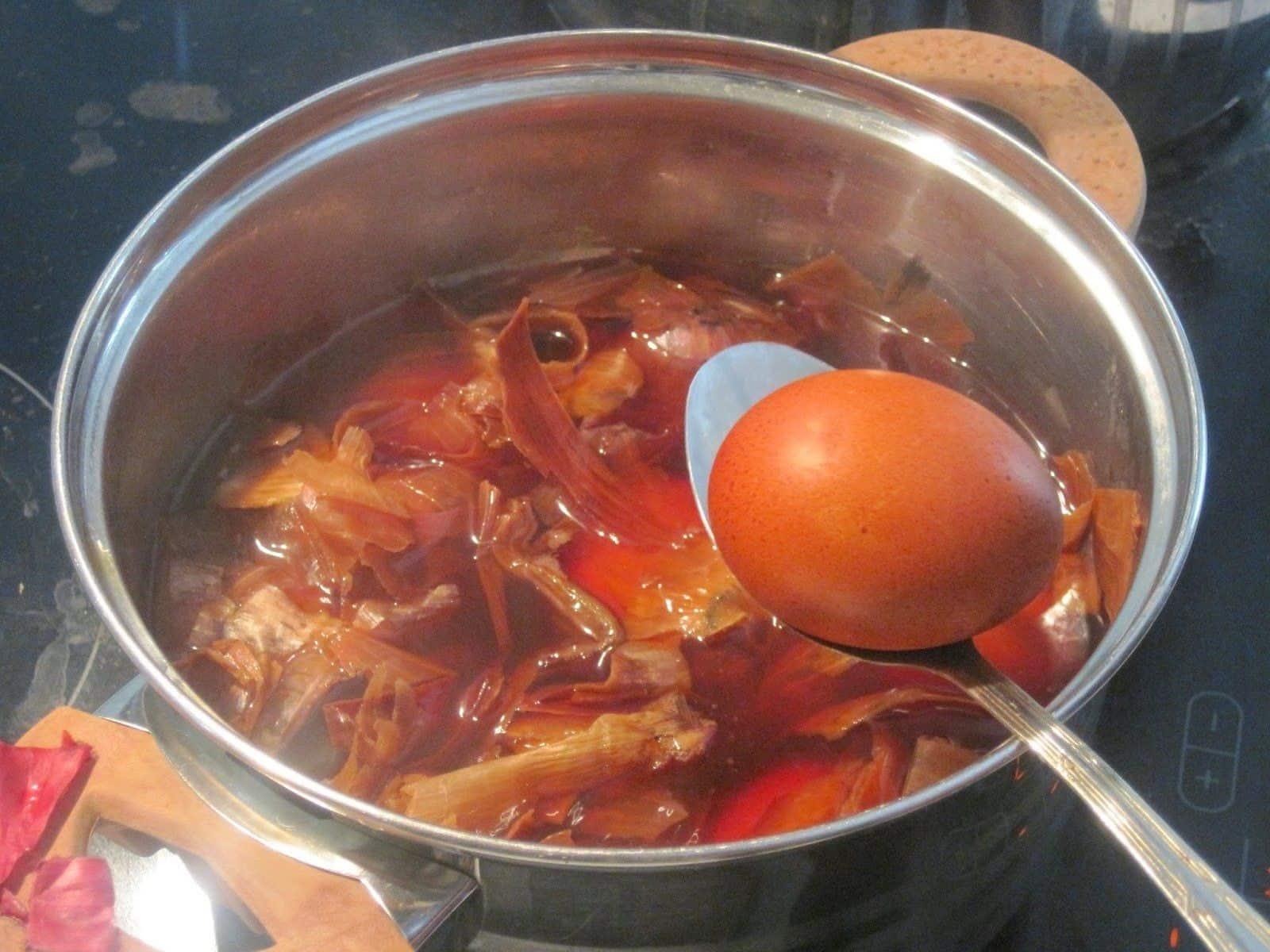 Фарбування яєць в цибулинні