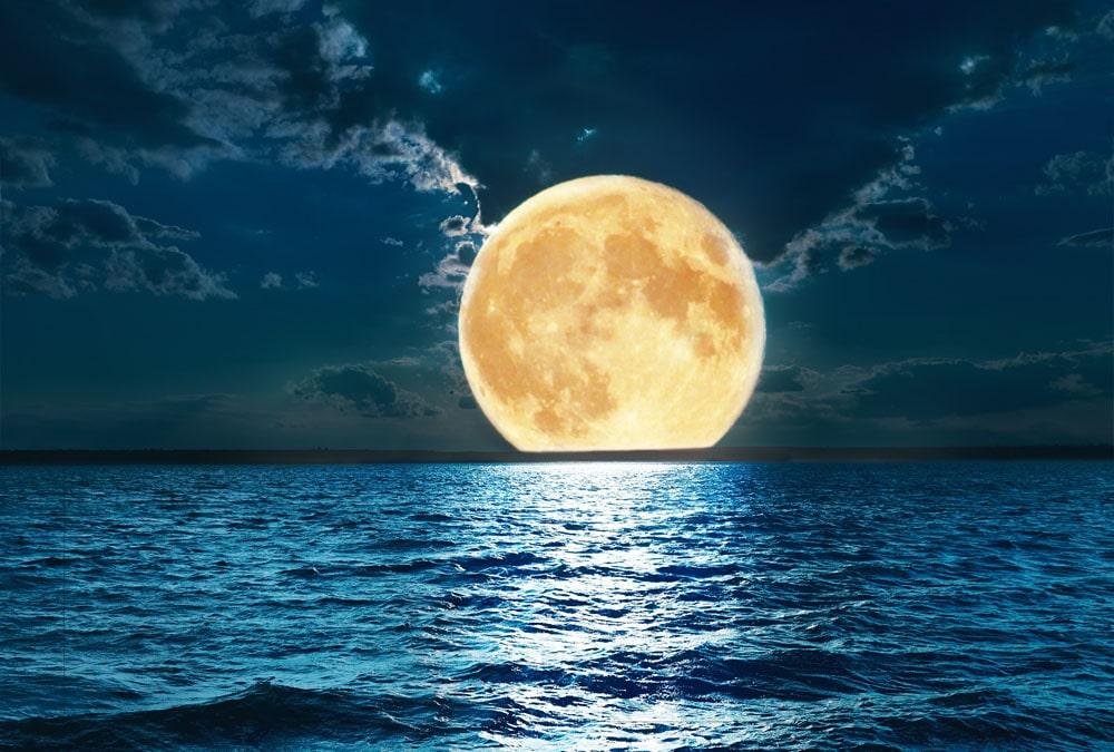 чому місяць світить