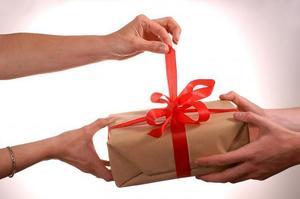 що подарувати літній жінці на день народження