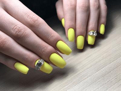 жовтий манікюр 2021