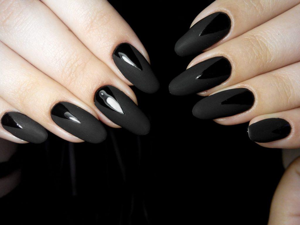 темний дизайн нігтів 2021